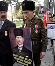 …одни с портретами основателя светской Турции Кемаля Ататюрка в руках, другие с красными флагами…