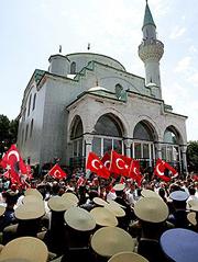 Пока неясно, вмешается ли армия в конфликт? Попытается ли предотвратить полное торжество исламистов, пользующихся поддержкой большинства турок?