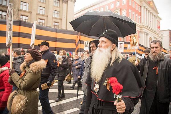 Предстоятель Русской православной старообрядческой церкви Митрополит Корнилий принял 9 мая 2017 года в акции Бессмертный полк  в Москве